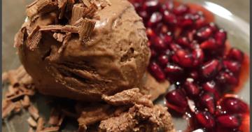 Superfood Schokoladeneis selber machen - Eismaschinen Tests com - Eis anrichten